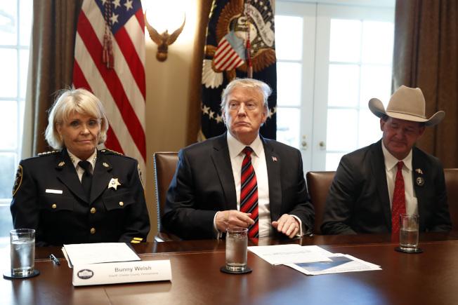 川普總統在白宮舉行圓桌會議,討論邊界安全,左為賓州切斯特群警長威爾許,右為德州傑克森郡警長勞德貝克。(美聯社)