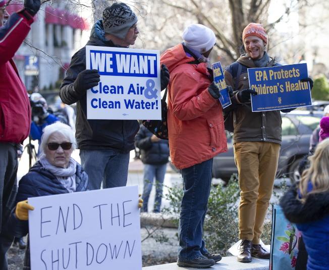 聯邦環保署員工在波士頓郵局廣場示威,要求重開政府,讓他們回去工作。(歐新社)