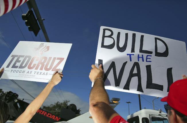 川普赴德州視察邊界圍牆時,支持建牆的民眾也高舉標語歡迎川普。(美聯社)