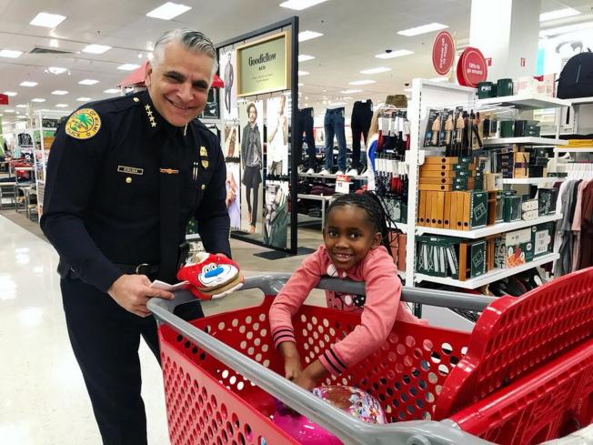 邁阿密市警局長科林納常與居民互動。(取材自邁阿密警局臉書)