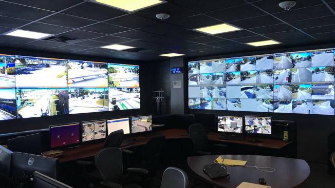 邁阿密警局總部的一個指揮中心,目前該市有160多台攝像機,警察可以監控這些監視器以阻止和解決犯罪。(取材自邁阿密警局臉書)