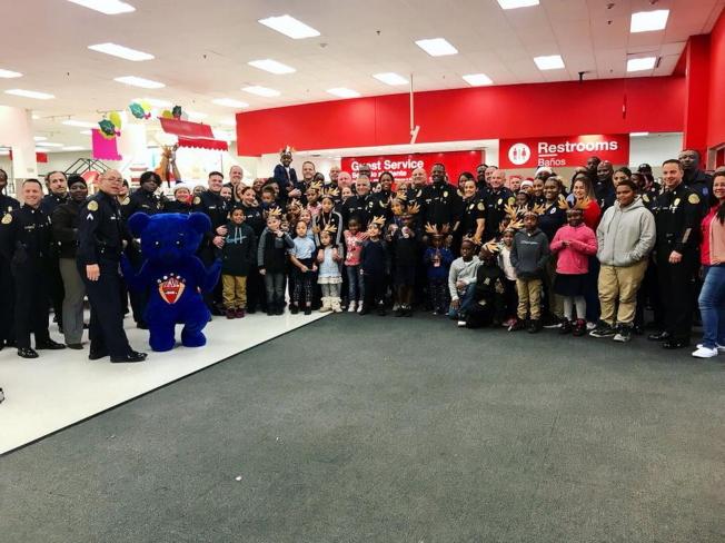 邁阿密警方與民眾互動良好。(取材自邁阿密警局臉書)