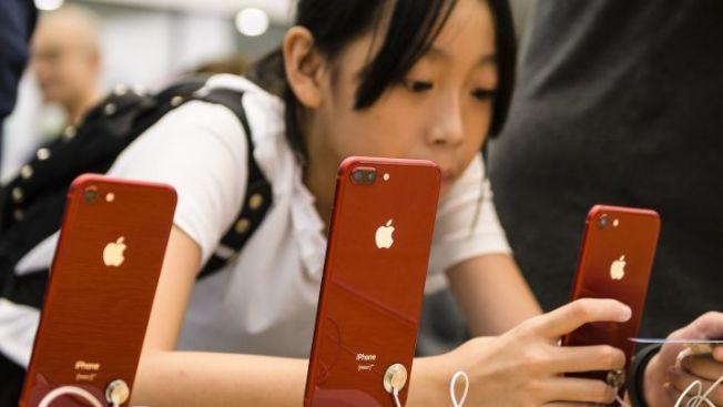蘋果去年8月市值突破1兆元,成為全球首家破兆公司,一時之間,聲勢浩大;但好景只維持了三個月。圖為蘋果的新iPhone XR。(Getty Images)
