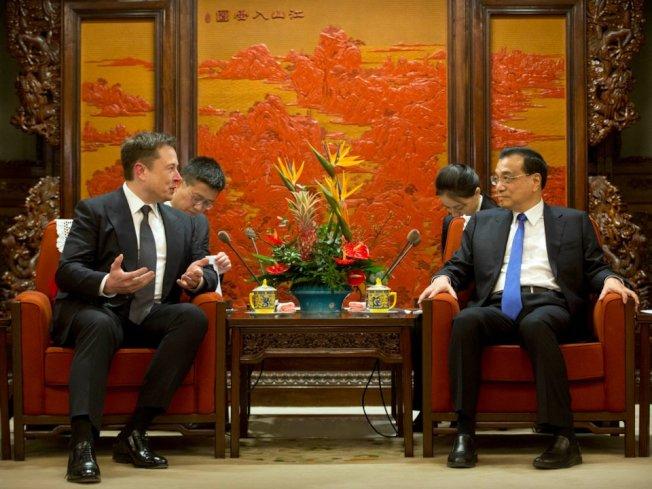 馬斯克(左)在中南海與李克強見面。(Getty Images0