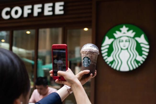 繼蘋果銷售在中國滑落之後,星巴克有可能是下一個滑倒的品牌。圖為北京星巴克咖啡門市部。(Getty Images)