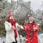 戶外玩雪太興奮 妙齡女「面癱」