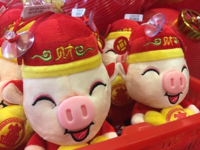 小豬玩偶,助興農曆豬年。(記者楊青/攝影)