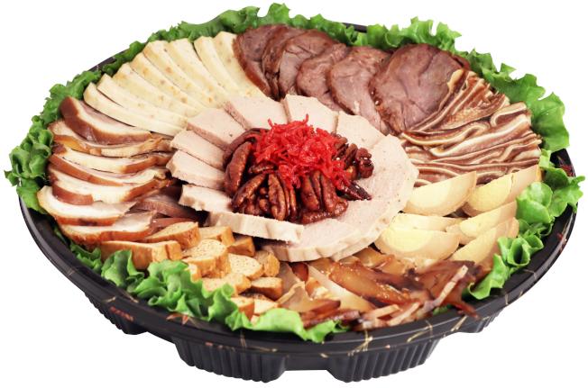 華資超市特別準備九味迎春拼盤,為民衆過年添加年味。(大華提供)