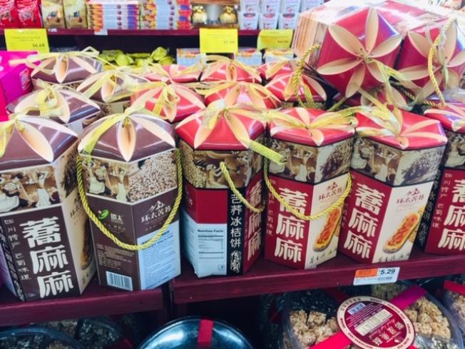 華資超市今年從兩岸三地開發更多新年貨,讓民衆歡喜過年。(記者楊青/攝影)