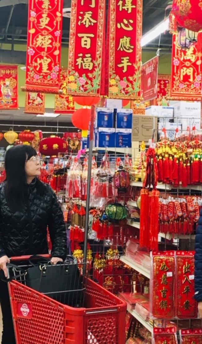 掛燈籠,貼春聯,發紅包,很多華人承襲中國農曆新年的習俗。(記者楊青/攝影)