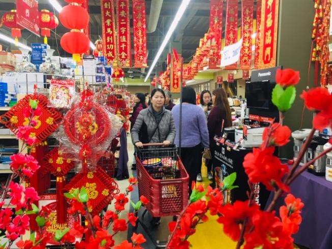 聖蓋博谷華人各大華資超市和參茸行布置一新,農曆新年氣氛漸濃。(記者楊青/攝影)