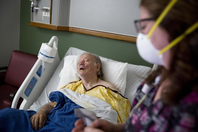 流感對老年人和兒童威脅更大,圖為喬治亞州73歲居民比佛利因流感住進厄普頓地區醫院。(美聯社)