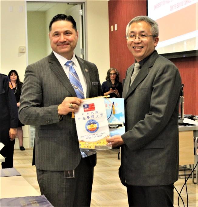 中央警察大學2019年寒假遊學團歡迎會中,領隊高大宇(右)致贈禮物給休士頓大學城中校區校長Juan Sánchez Muñoz(左)。(記者郭宗岳/攝影)
