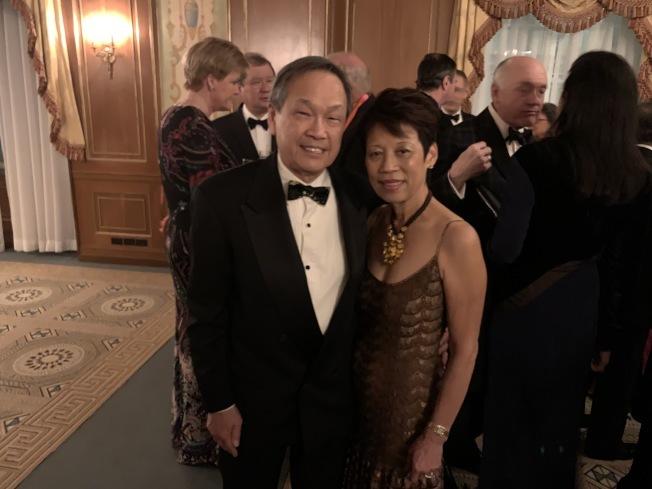 華裔慈善家梁仕源和妻子在華美協進社2018年度晚宴合影。(和釗宇/攝影)
