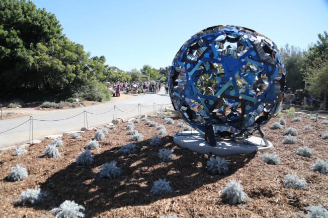 梁氏家族基金會支持的雕塑,由藝術家Doris Sung創作,2018年9月在加州南海岸植物園揭幕,與自然相呼應。(梁氏家族基金會網站)