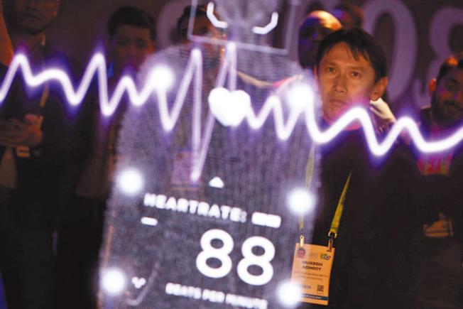 在賭城舉行的消費電子展(CES),一名男子站在松下的「感應鏡」前,接受測試,結果測出心跳88次。(Getty Images)