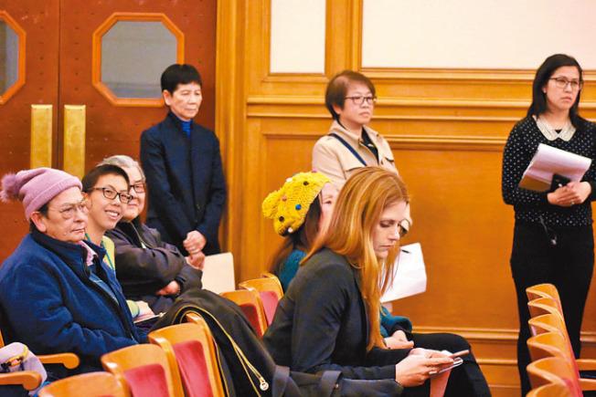 眾華人社區領袖在警委會會議上發言,包括鍾月娟(後排站立者左起)、王運、羅菁霞等,各方的支持,使受害華婦的外孫女余嘉雯(前排左二)感欣慰。(記者李秀蘭/攝影)