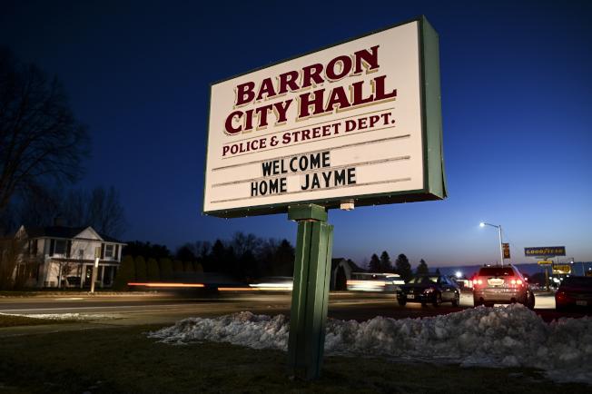 威斯康辛州道格拉斯郡13歲少女潔米.克洛斯雙親被殺,並遭綁架近三個月後奇蹟生還,圖為她所住的巴隆市府掛出「歡迎回家,潔米」信息。(美聯社)