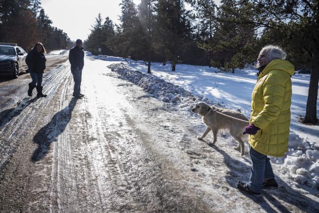 威州婦女Jeanne Nutter在溜狗時,遇到13歲少女潔米‧克洛斯(Jayme Closs)向她求救。 (美聯社)