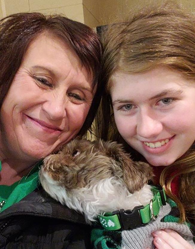 13歲少女潔米‧克洛斯(Jayme Closs,右)獲救後,和姑姑開心地合照。 (取自臉書)