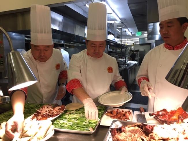 大廚們現場製作北京烤鴨。(記者楊青/攝影)