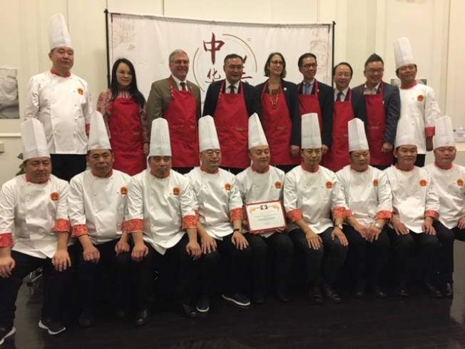 中華美食之夜廚藝表演大師們與中國駐洛杉磯總領事張平(後左四)和民選官員。(記者楊青/攝影)