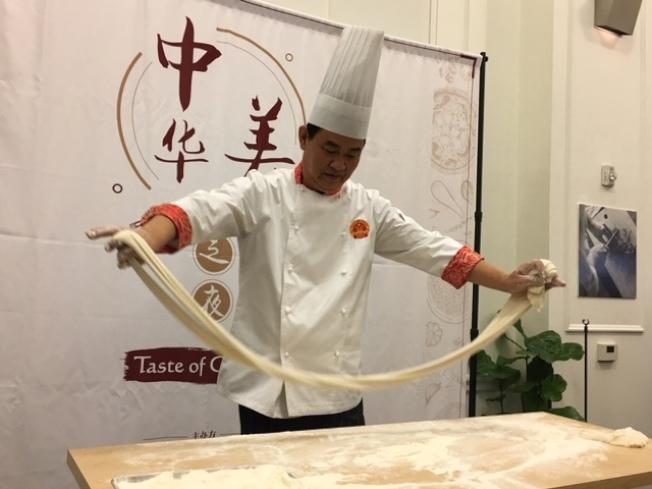 麵點大廚現場展示龍鬚拉麵絕活。(記者楊青/攝影)