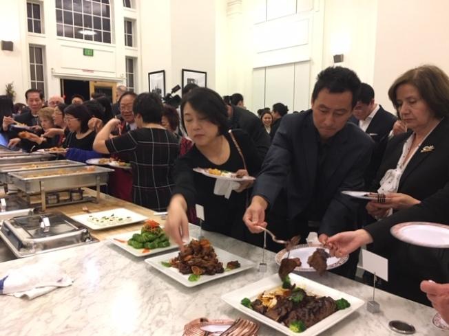 華洋民衆爭相品嘗中華美食。(記者楊青/攝影)