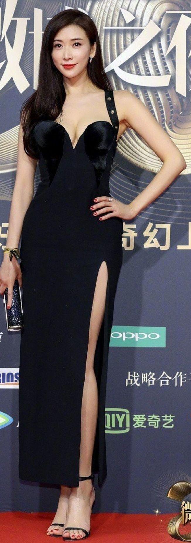 林志玲的高衩爆乳被觀眾說很犯規。(取材自微博)