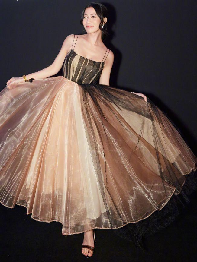 佘詩曼的低胸紗裙很搶鏡。(取材自微博)
