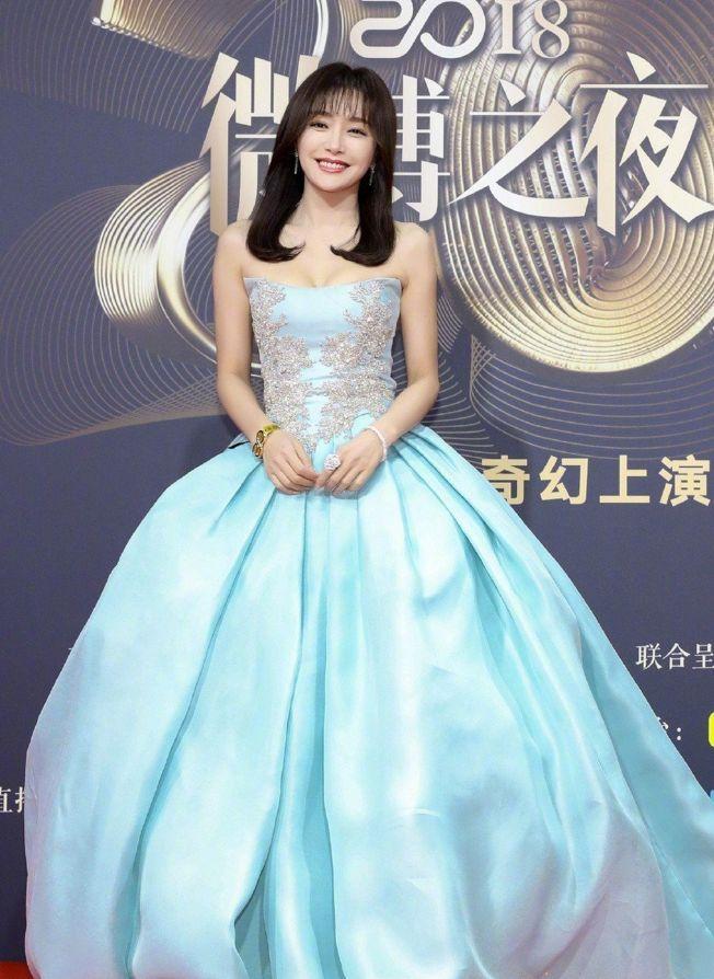 秦嵐穿著水藍色公主澎澎裙。(取材自微博)