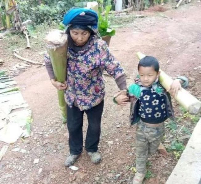 還沒上幼稚園的雲南男童每天跟在奶奶身後,上山拔豬草、扛芭蕉,回家餵雞餵豬。取材自中國社會扶貧網