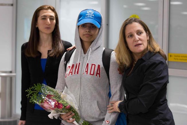 沙烏地阿拉伯逃家女子艾奎農(中,Rahaf Mohammed al-Qunun)今天飛抵多倫多國際機場,前往迎接的加拿大外交部長方慧蘭(右,Chrystia Freeland)讚揚她是一位「非常勇敢的新加拿大人」。Getty Images