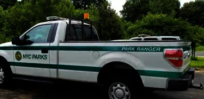 貝賽一名50歲亞裔婦人,11日晚遭市公園局皮卡車撞傷,目前性命垂危。(取自市公園局網站)