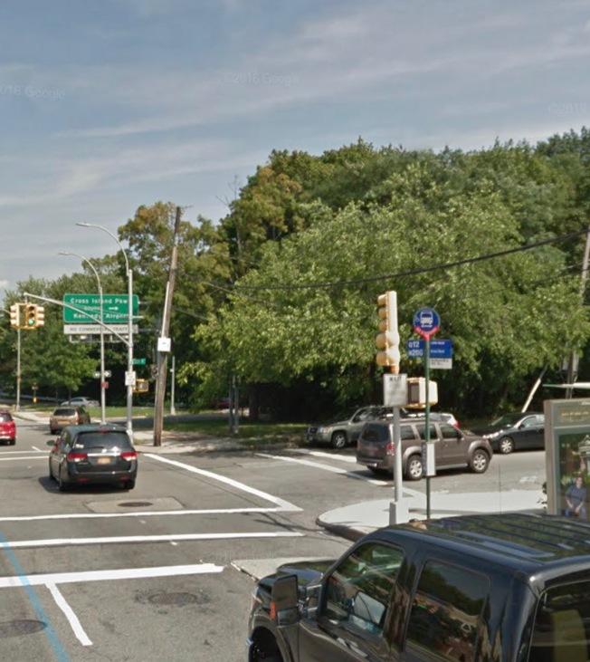 貝賽一名50歲亞裔婦人,11日晚遭市公園局皮卡車撞傷,目前性命垂危。(截自谷歌地圖)