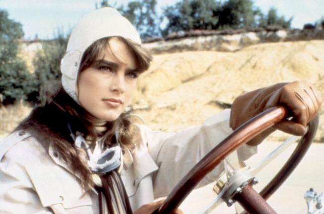 布魯克雪德絲在「撒哈拉」扮演參加越野賽車的選手。圖/摘自imdb