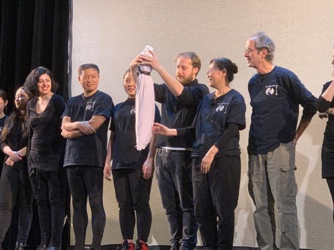 中国戏剧工作坊艺术家向观众展示光影戏表演细节。(记者赖蕙榆╱摄影)