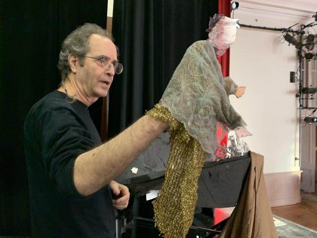 Stephen Kaplin向观众展示中国传统偶戏。(记者赖蕙榆/摄影)