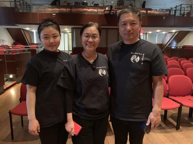 冯光宇(中)特邀京剧演员吕锁森(右)和张琦(左)出演「四季」光影戏。(记者赖蕙榆/摄影)