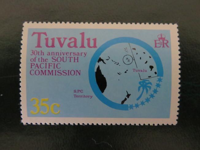 即將被海水淹沒的吐瓦魯群島中的低窪島嶼,吐瓦魯接近赤道,由九個珊瑚島組成,位於夏威夷和澳洲之間,陸地面積26平方公里,人口約1萬1000人。
