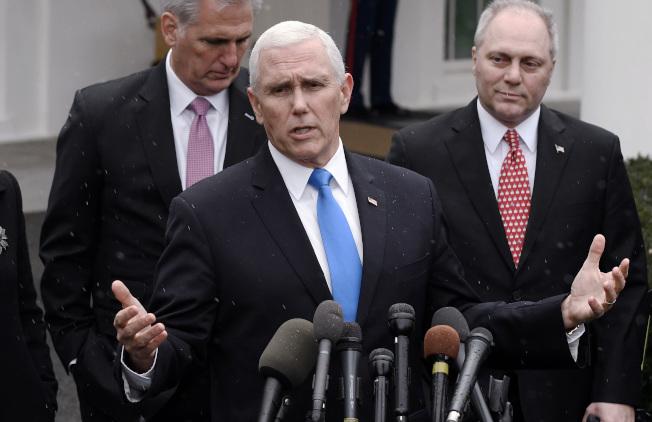 聯邦政府部分關閉,副總統潘斯(中)銜命與民主黨溝通,但徒勞無功。(TNS)