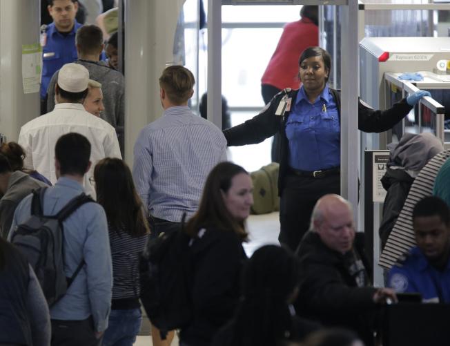 由於聯邦政府部分關閉,各地機場TSA安檢人員怠工,已出現後遺症。圖為新州紐瓦克機場旅客排隊等候安檢。(美聯社)