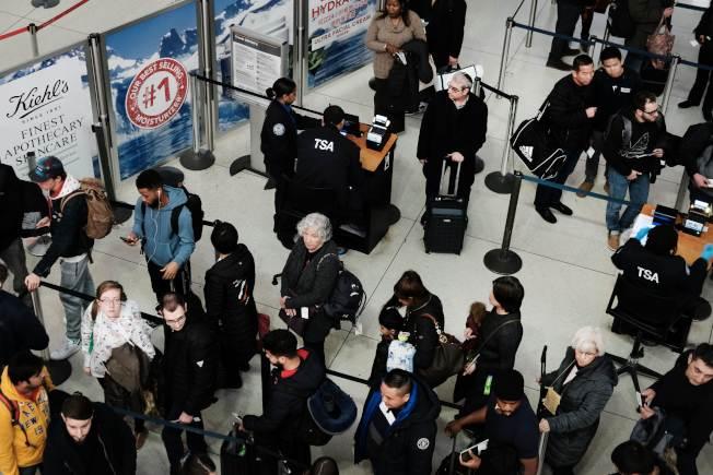 由於聯邦政府部分關閉,TSA安檢人員怠工,各機場已出現後遺症。圖為紐約甘迺迪機場旅客排隊等候安檢。(Getty Images)