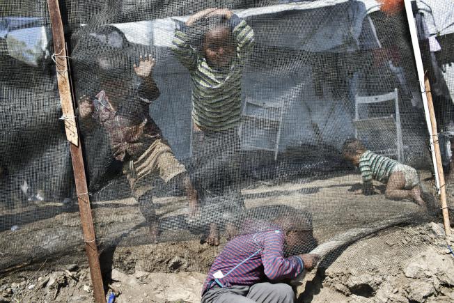 難民兒童在希臘愛琴島上收容營地玩耍。(Getty Images)