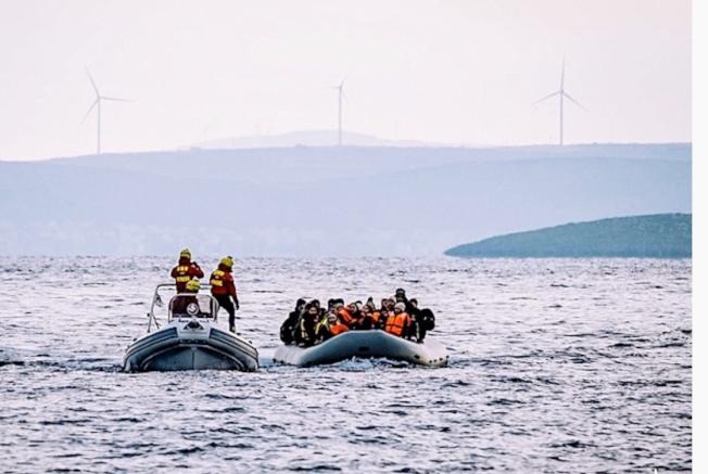 遠遠望去,難民船擠滿了人,小船載浮載沉。