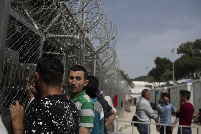 希臘愛琴島上收容的中東難民。(美聯社)