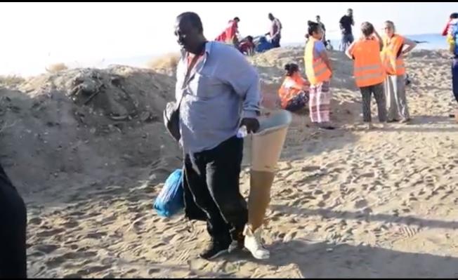 義工在海灘上幫助難民登岸。(圖皆為作者提供)