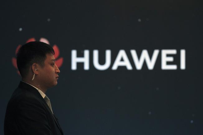 華為波蘭公司銷售主管被控間諜罪名,使華為再陷入困擾。圖為華為在北京發表新產品時,保安嚴密。(美聯社)