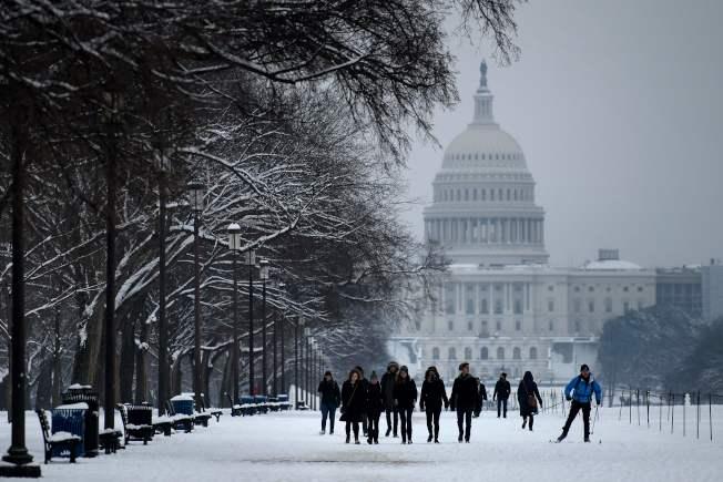 華府13日大雪,四處動彈不得,有如部分停擺的聯邦政府。(Getty Images)