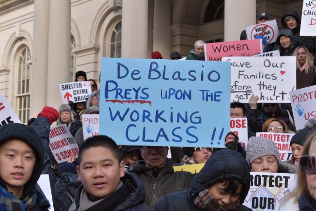 大學點居民舉著抗議標語在市政廳前抗議。(記者顏嘉瑩/攝影)